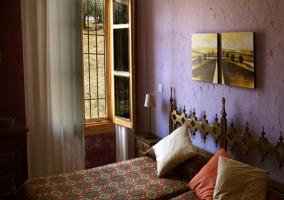 Dormitorio doble con cabeceros de madera recortados
