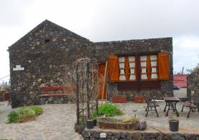 Acceso a la casa con puerta y ventanas de madera