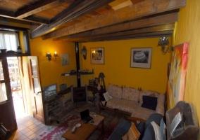 Acceso a la casa con detalles de piedra y madera