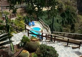 Acceso a la piscina con escaleras