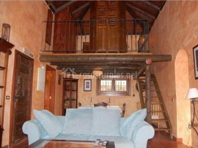 Sala de estar y escaleras a la planta superior vista