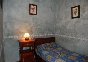 Dormitorio con camas individuales y cuadro