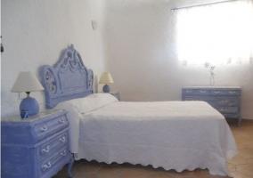 Dormitorio de matrimonio en blancos y azules