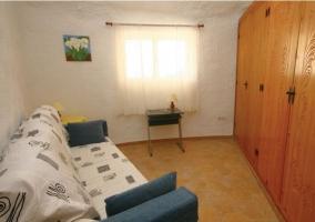 Sala con armario ropero en madera