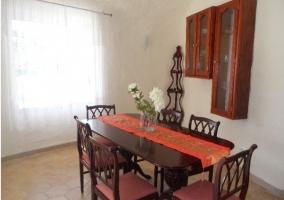 Sala de estar y mesa de comedor junto a la ventana
