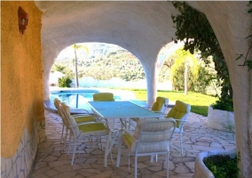 Vistas del porche con muebles en color blanco