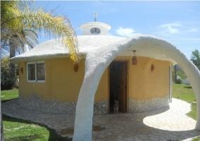 Acceso a la villa con estructura original