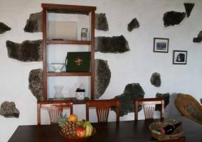Cocina y sala de estar en el mismo espacio y sillones en color crema