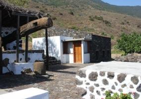 Acceso a la casa en piedra y tonos blancos