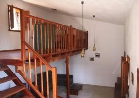 Sala de estar y comedor comunicados bajo el altillo