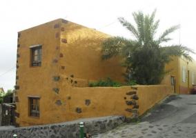 Camino de piedra hacia la vivienda