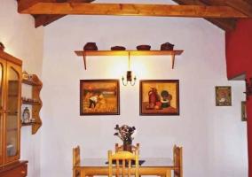 Sala de estar y comedor con chimenea decorada en rojo