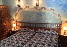 Sala de estar con paredes azules junto a la cocina