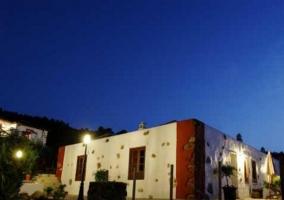 Acceso a la casa con fachada blanca y roja