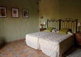 Dormitorio doble con camas individuales y cuadros verdes