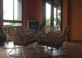 Sala de estar con mesa auxiliar y plantas