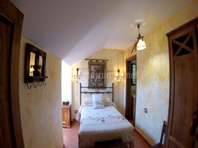 Dormitorio matrimonio con tapiz sobre el cabecero