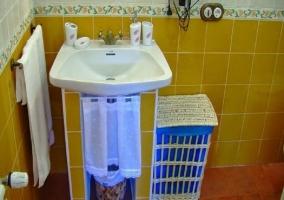 Detalle cuarto de baño amarillo