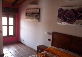Sala de estar con televisor y una chimenea en rojo