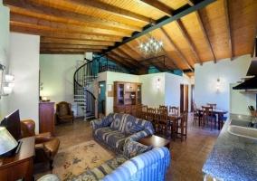 Entrada a la casa con paredes de piedra y escaleras