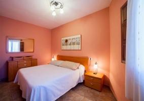 Sala de estar con sillones de cuero en tonos beiges
