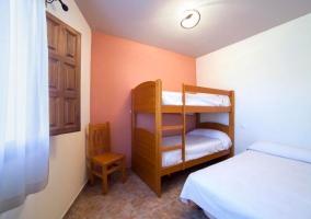 Dormitorio de matrimonio con varias mesillas de madera