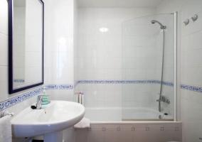 Dormitorio doble con colchas en blanco