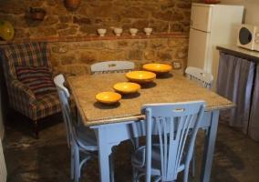Sala de estar y comedor comunicados, con chimenea