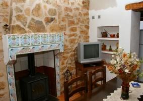 Acceso principal al alojamiento en piedra y puerta de madera