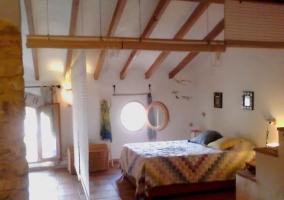 Dormitorio amplio con ventanas