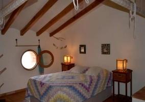 Dormitorio de matrimonio con colcha de colores