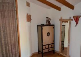 Dormitorio de matrimonio frente a un armario