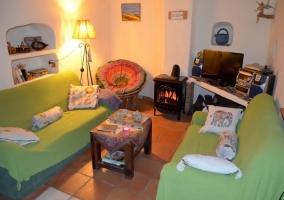 Sala de estar con chimenea y televisor de plasma con mesa auxiliar