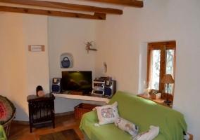 Sala de estar con ventanas y televisor de plasma
