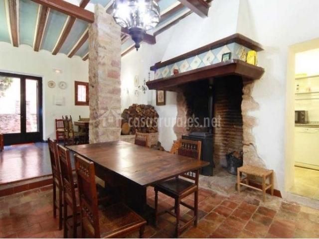 Casa el campanar en vilafam s castell n - Comedores con chimenea ...