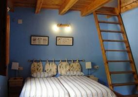 Dormitorio doble con colchas verdes