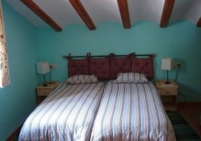 Dormitorio doble con escaleras
