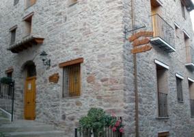 Acceso principal al alojamiento en piedra
