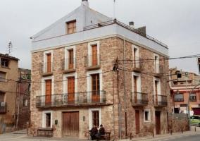 Dormitorio doble con paredes de piedra y balcones