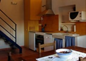 Sala de estar con la chimenea de forja en esquina