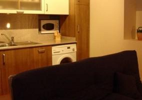 Dormitorio doble con colchas coloridas y vistas de la parte baja