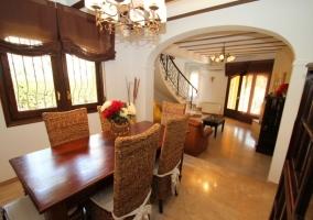 Comedor de la casa con mesa de madera y sillas