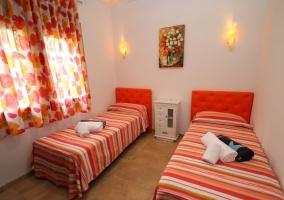 Dormitorio doble en rojo con alfombra