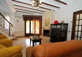 Sala de estar y sillones en marrones y amarillos