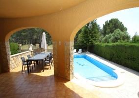 Vistas del porche abierto a la zona donde se encuentra la piscina