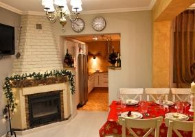 Sala de estar decorada para Navidad