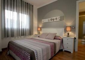 Dormitorio de matrimonio en grises con su aseo
