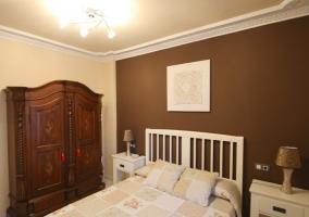 Dormitorio de matrimonio en tonos chocolate con armario
