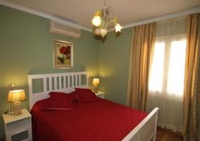 Dormitorio de matrimonio en verdes con estructura blanca