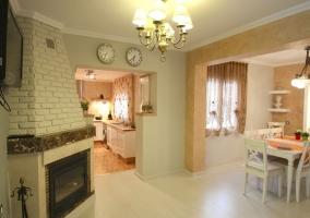 Sala de estar con comedor y chimenea en una esquina de la sala